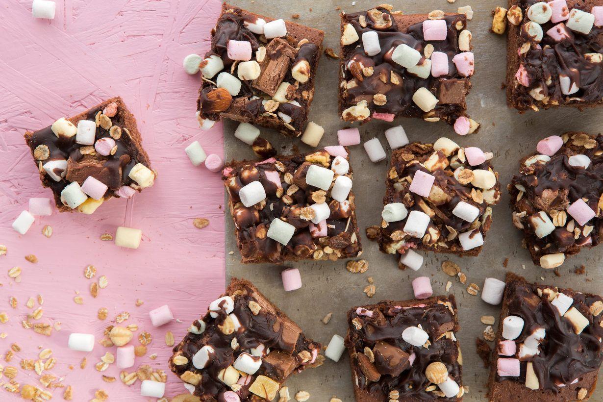 Helpoin tapa valmistaa mokkapalat on tässä! Kruunaa herkku vaahtokarkeilla, suklaapaloilla ja myslillä.