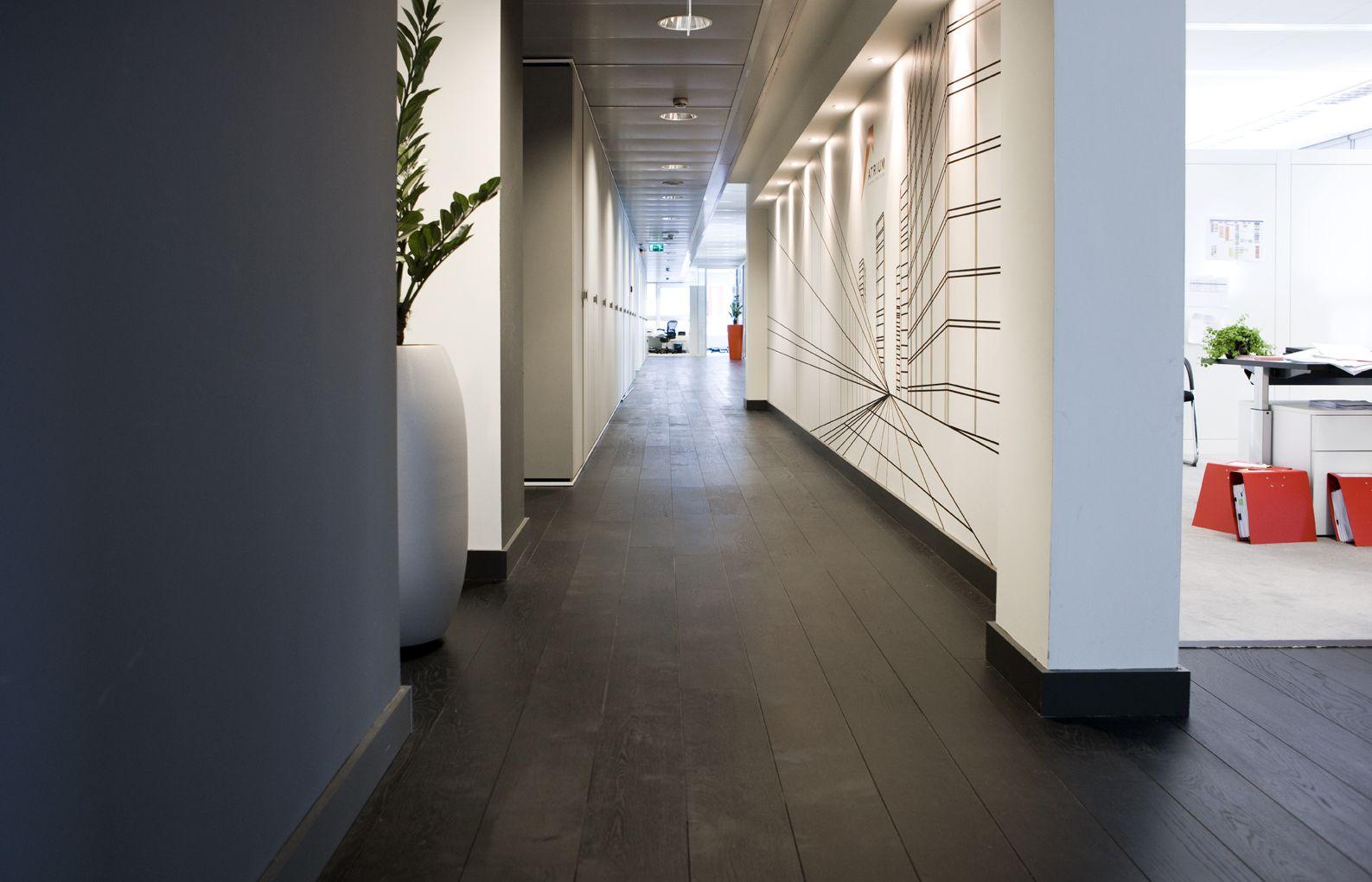 Zwarte houten vloer van uipkes zwart wit