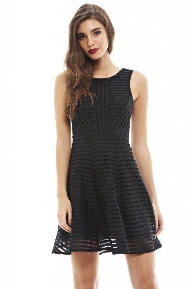 b45d64e000ca Petite robe noire à rayures ajourées. C est la parfaite petite robe noire  de l été