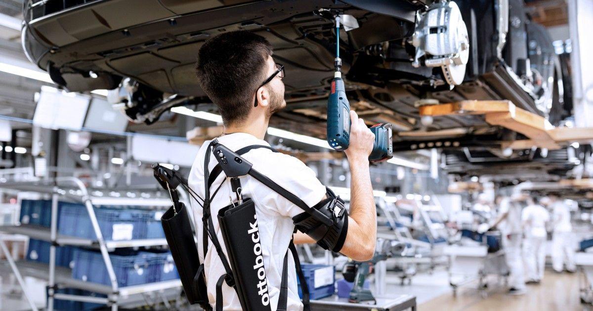 Audi teste deux exosquelettes pour les frais généraux - Les exosquelettes sur la chaîne de produ