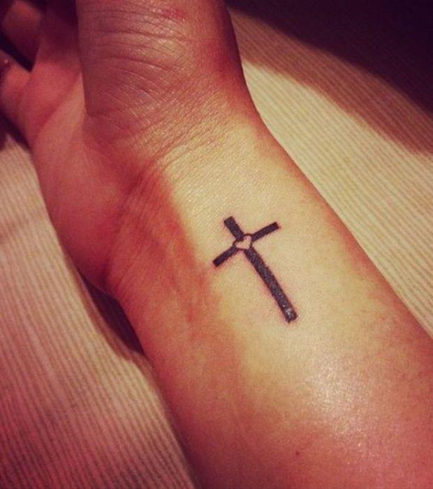 tatouage croix : 20 idées pour toutes les parties du corps