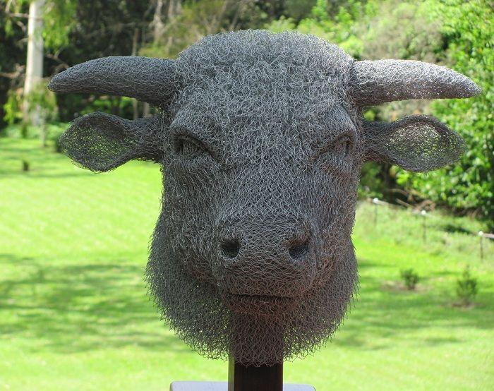 Chicken wire sculpture chicken wire bull by ivan lovett for Chicken wire sculptures uk