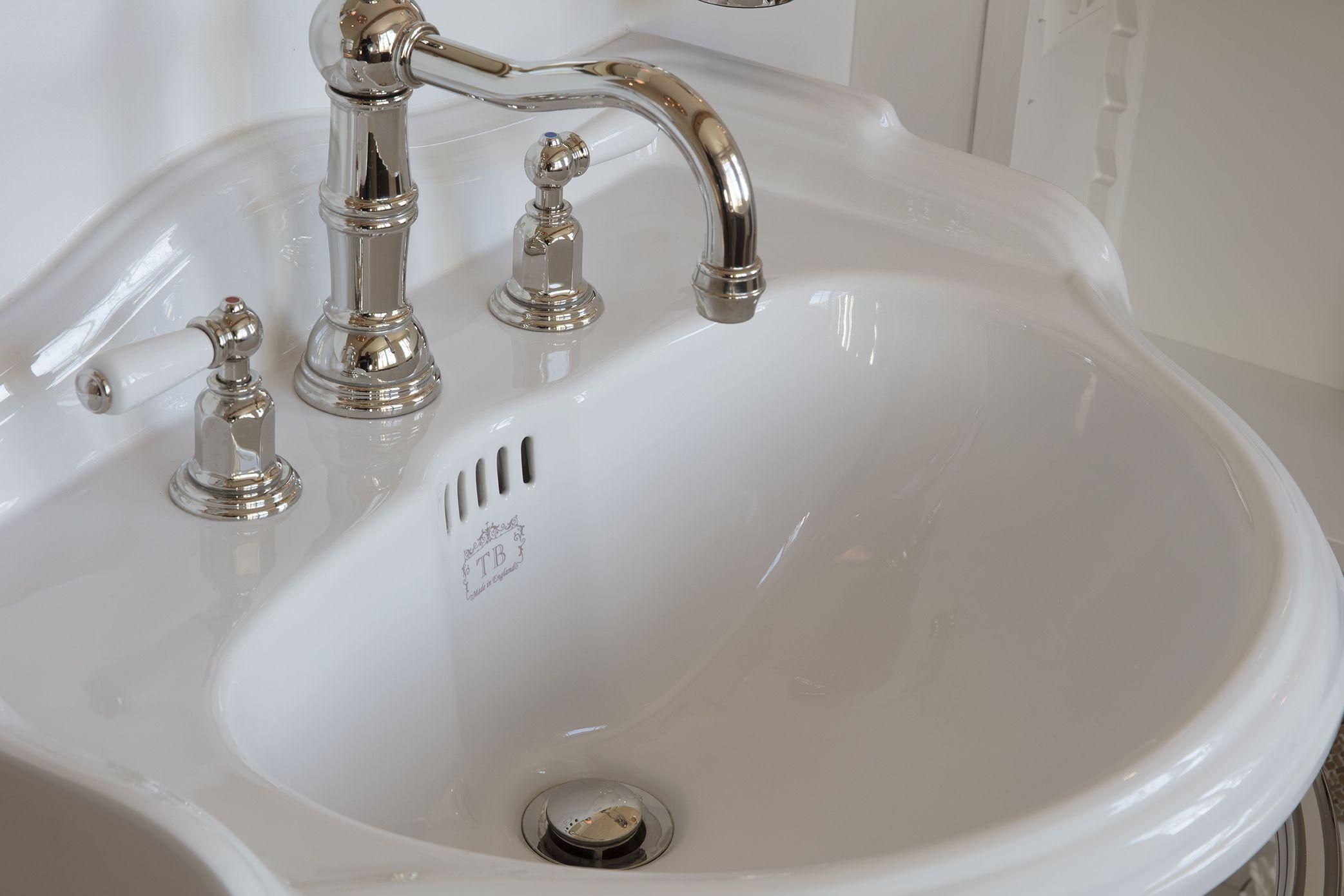 Einer Unserer Zeitlosen Klassiker Ist Das Waschbecken Richmond Im Englischen Stil Waschtisch Badezimme Traditionelle Bader Bad Einrichten Bad Inspiration