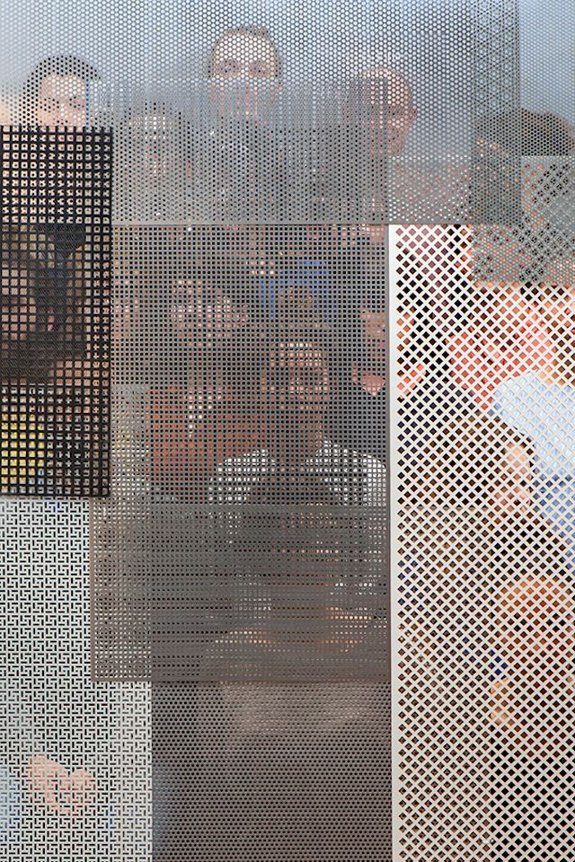 People Behind Perforated Screen Voici une série de photos pensée par le studio Raw Color pour le collectif de designers Dutch Invertuals.
