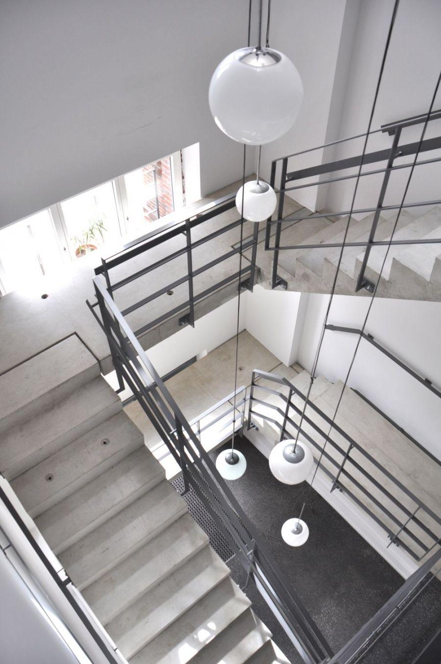 blick in das neu eingef gte treppenhaus die kugelleuchten betonen die vertikale umspannwerk. Black Bedroom Furniture Sets. Home Design Ideas