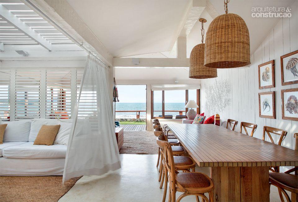 Pátio interno de casa em Búzios vira pergolado e aumenta área social - Casa