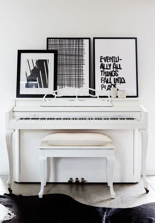 13 ways to decorate around a piano pianos apartment for Piano for small space