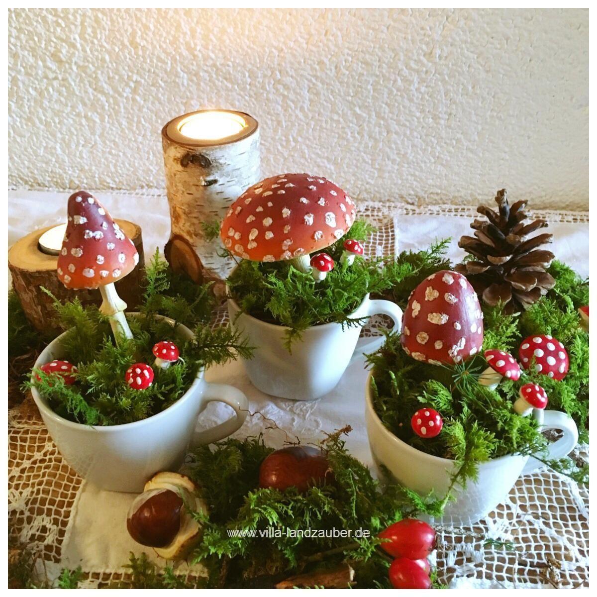 Eine schnelle Last- Minute Dekoration für den Herbst sind kleine Fliegenpilze in der Tasse. Man braucht nur etwas Moos und kleine Pilze und natürlich Tassen. Schon ist die herbstliche Dekoration für den Nachmittagskaffe fertig. Wer mag kann noch kleine Szenen in Schalen, oder einfach so dekorieren. Kastanien u ...