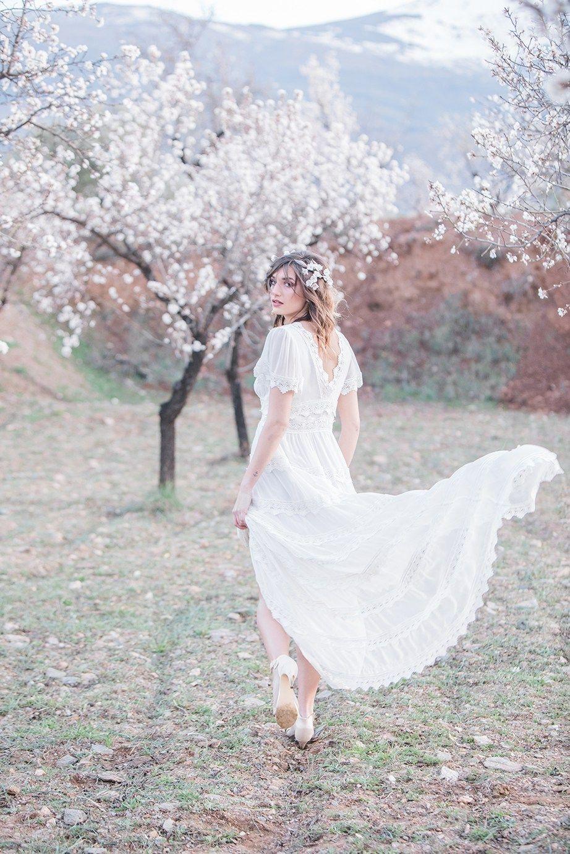Almond blossom. Mandelblüte in Andalusien. Brautkleid für Sommer von ...