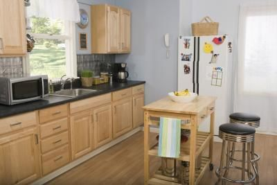 What Colors Go With Light Colored Oak Cabinets Kitchen