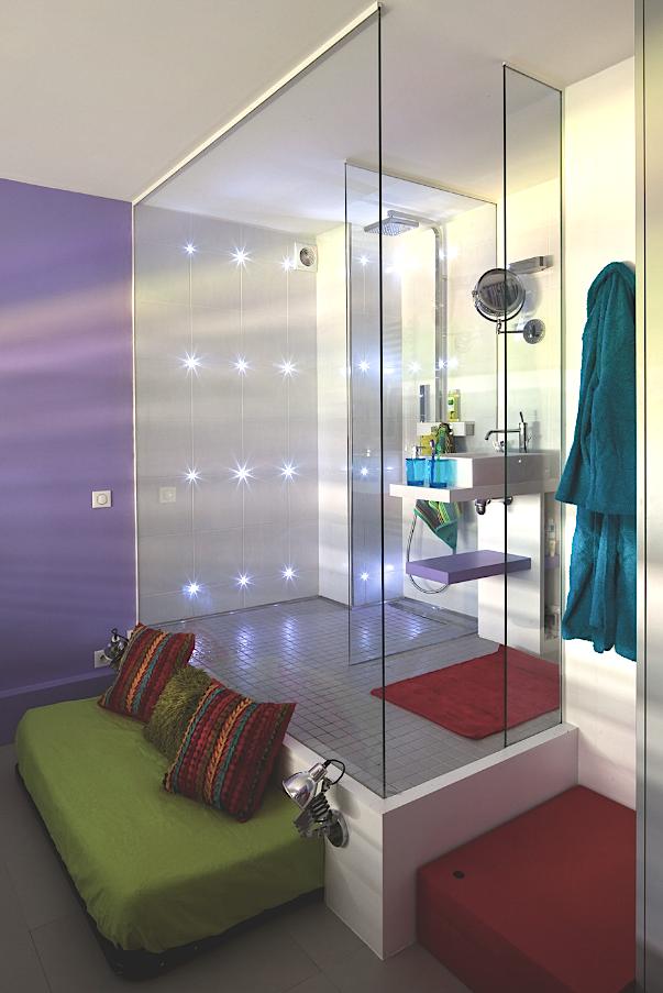 une salle de bain tr s color e et enti rement vitr e. Black Bedroom Furniture Sets. Home Design Ideas