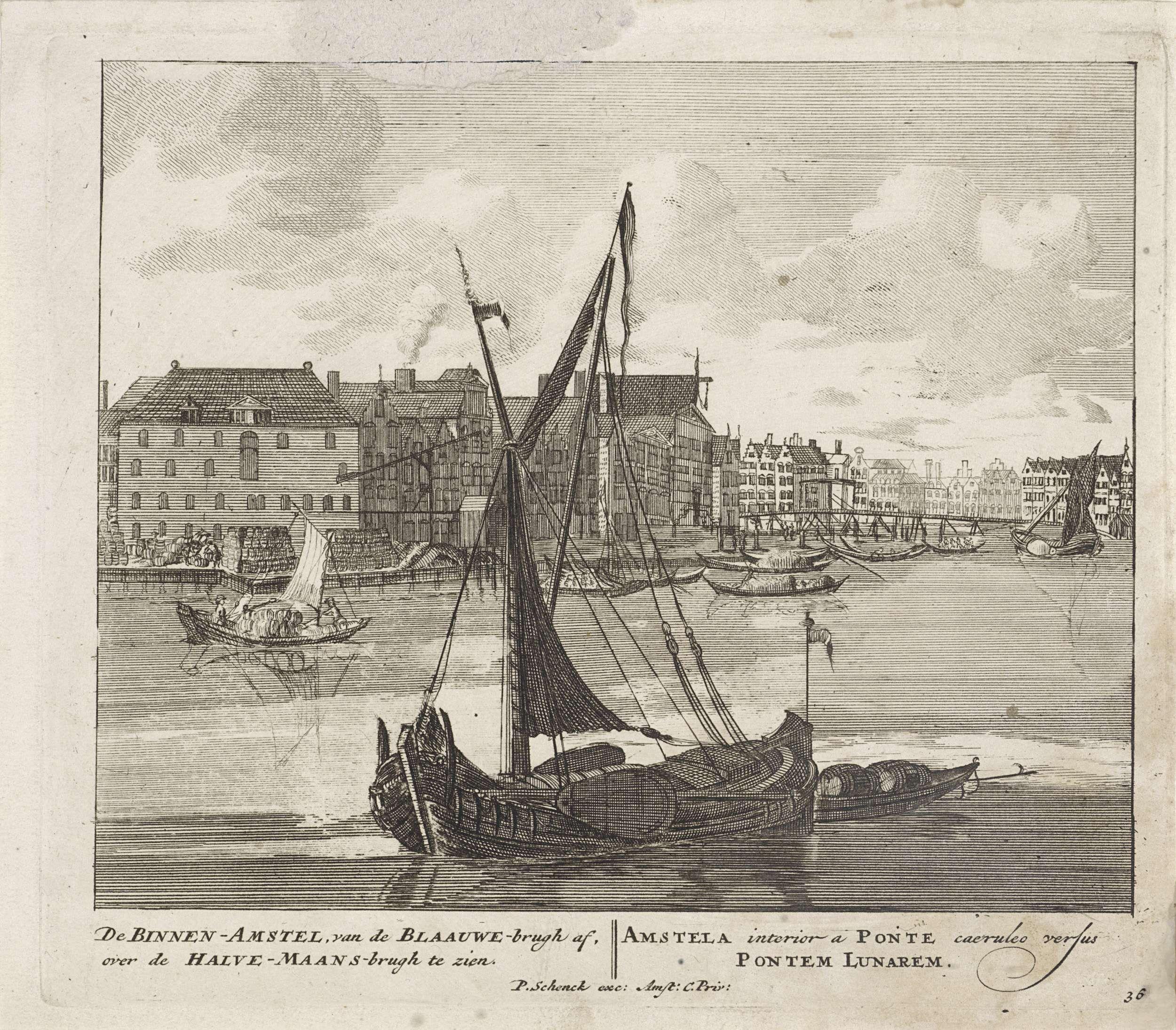 Pieter Schenk (I) | Binnen-Amstel met de Halvemaansbrug, Pieter Schenk (I), unknown, 1675 - 1711 | Gezicht op de Binnen-Amstel, gezien vanaf de Blauwbrug naar de Halvemaansbrug. Links brouwerij de drie Roskammen.