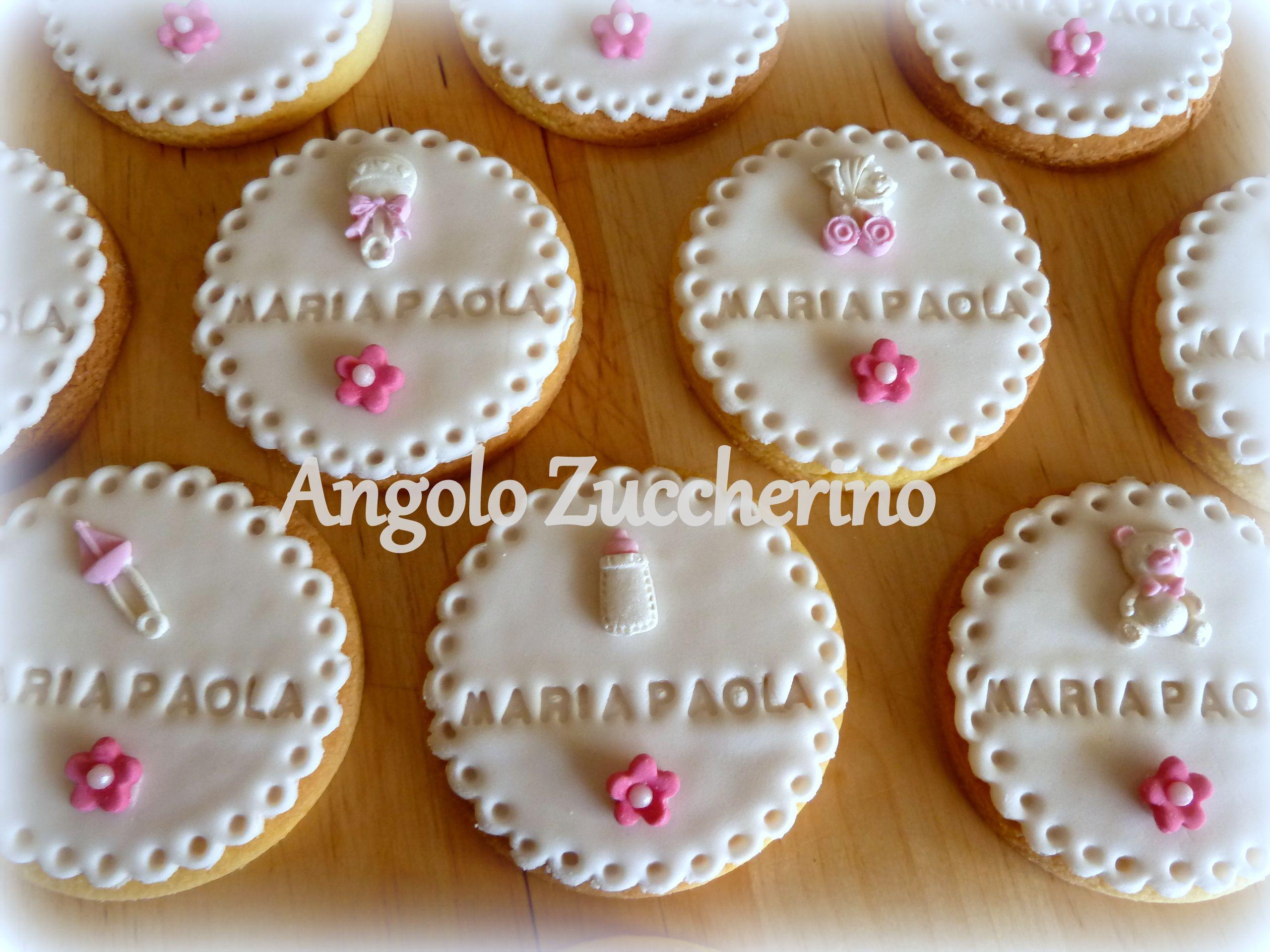 Biscotti di pasta frolla aromatizzati al limone e decorati con pasta di  zucchero usati come simpatico segnaposto per un battesimo