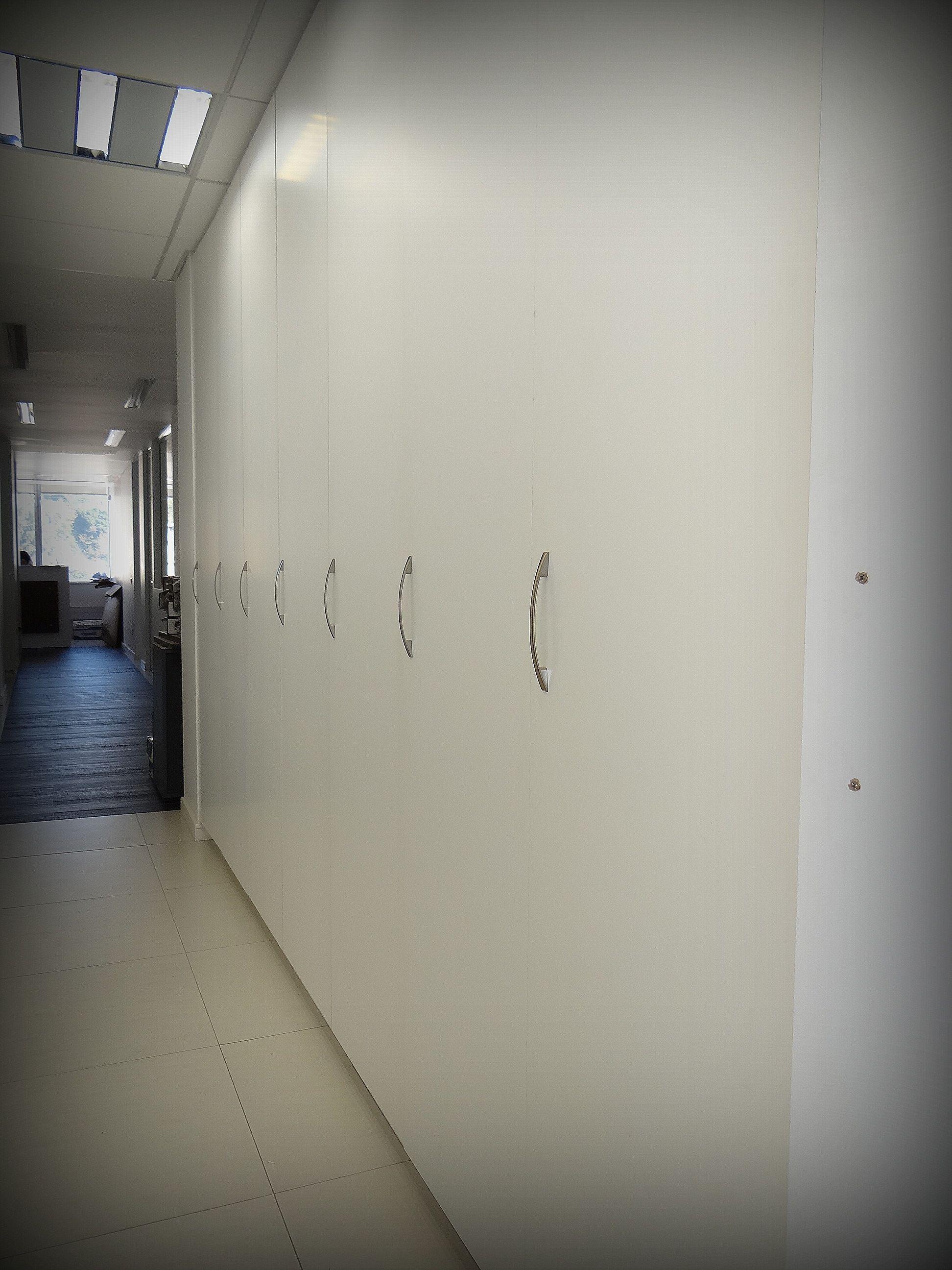 Pasillo closet para guardado general de carpetas puertas - Tiradores de puertas ...