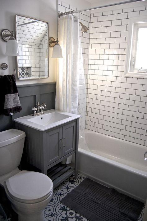 Kleines graues und weißes Badezimmer-Renovierungsupdate. U-Bahn-Fliese, grauer Waschtisch, Einbauschrank, Dekor ... #whitesubwaytilebathroom