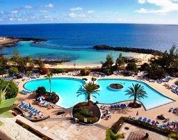 Das 4Sterne Hotel Grand Teguise Playa liegt direkt am