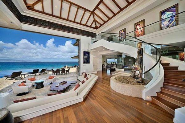 sommerhaus breites wohnzimmer decke holzornamente sofa meerblick - wohnzimmer ideen decke
