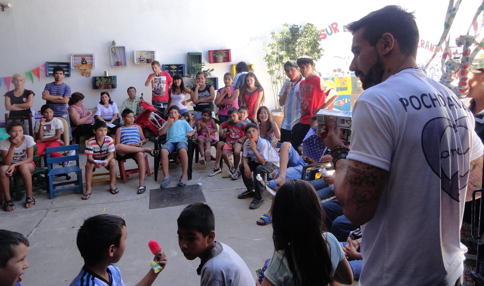 Nel 2009 El Pocho Lavezzi ha fondato Ansur, un'associazione ricreativo-culturale per i bambini disagiati di Villa Gobernador Gálvez, il suo paese natale | Numerosette Magazine