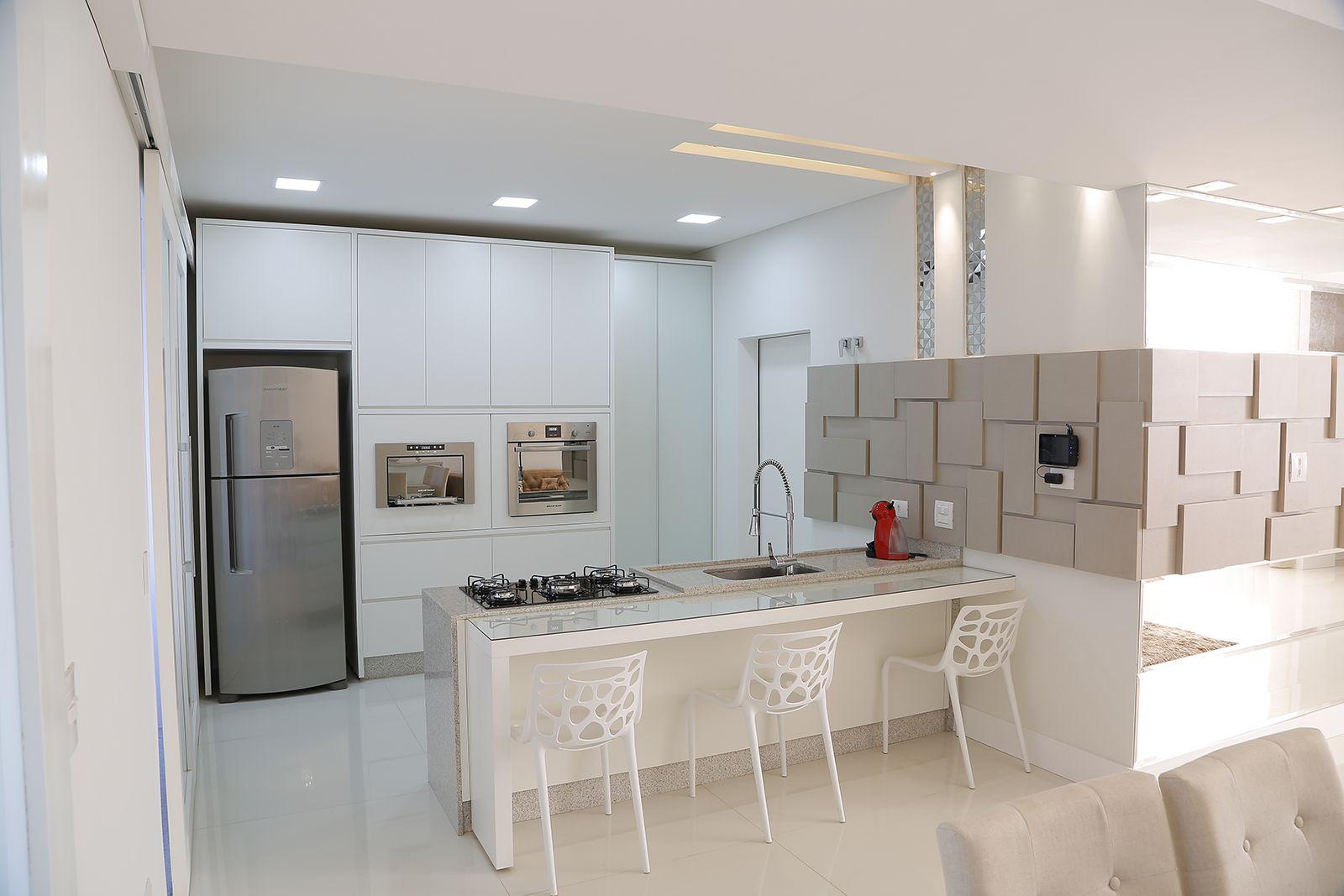 Cozinha Branca Com Paneleiro Em Vidro Argentato Prata E Painel 3d