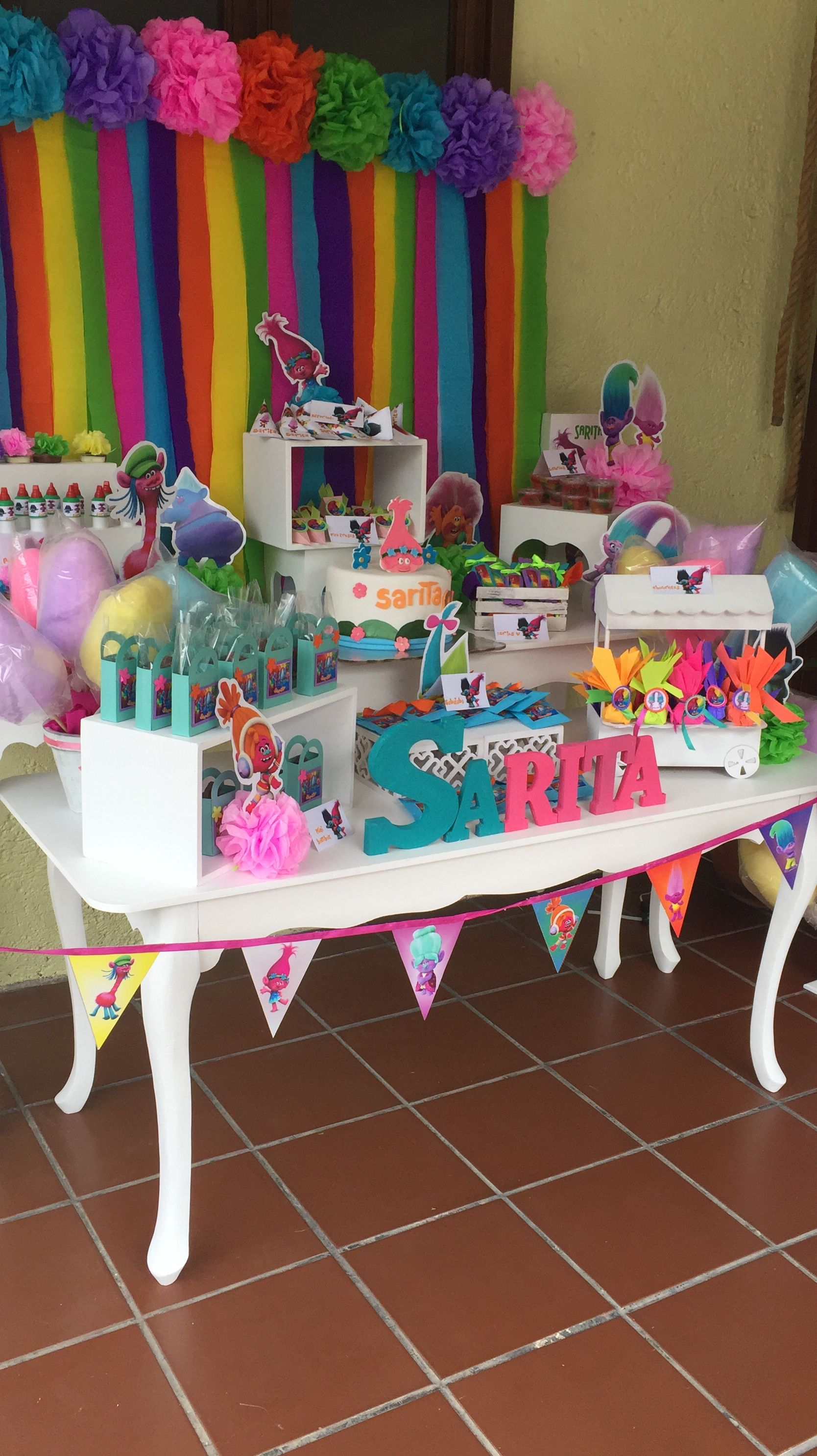 Mesa de dulces trolls lindas ideas pinterest for Ideas para decorar mesa de dulces