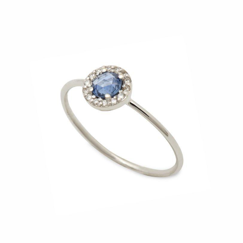 Χαριτωμένο λεπτό μονόπετρο δαχτυλίδι λευκόχρυσο Κ18 με στρογγυλό μπλε  ζαφείρι και μικρά διαμάντια γύρω του  9e5c1c3c886