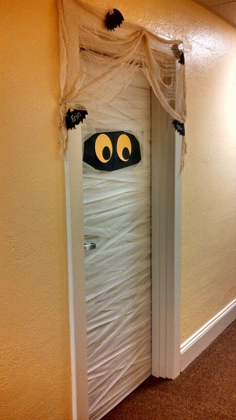 Easy DIY Halloween Decorating Ideas on a Budget - Front Door Mummy #halloweendecorations