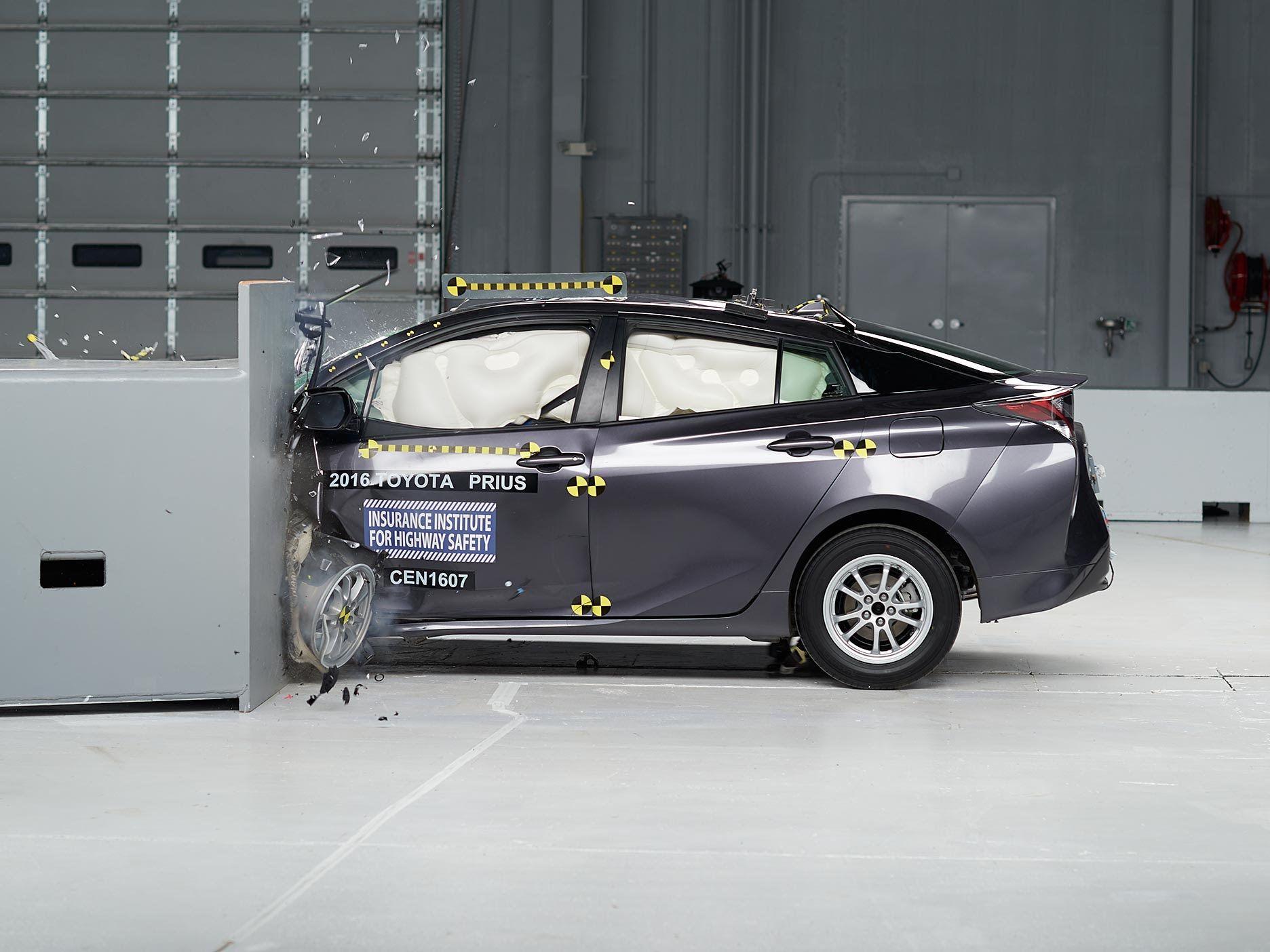 昨年12月に発売された4代目 プリウス では衝突安全性能を見直し