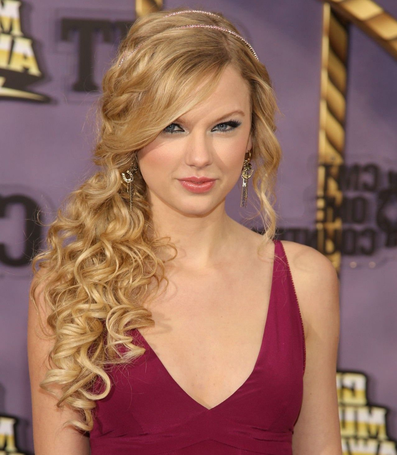 curly-side-ponytail-prom-hairstyles | wedding planning