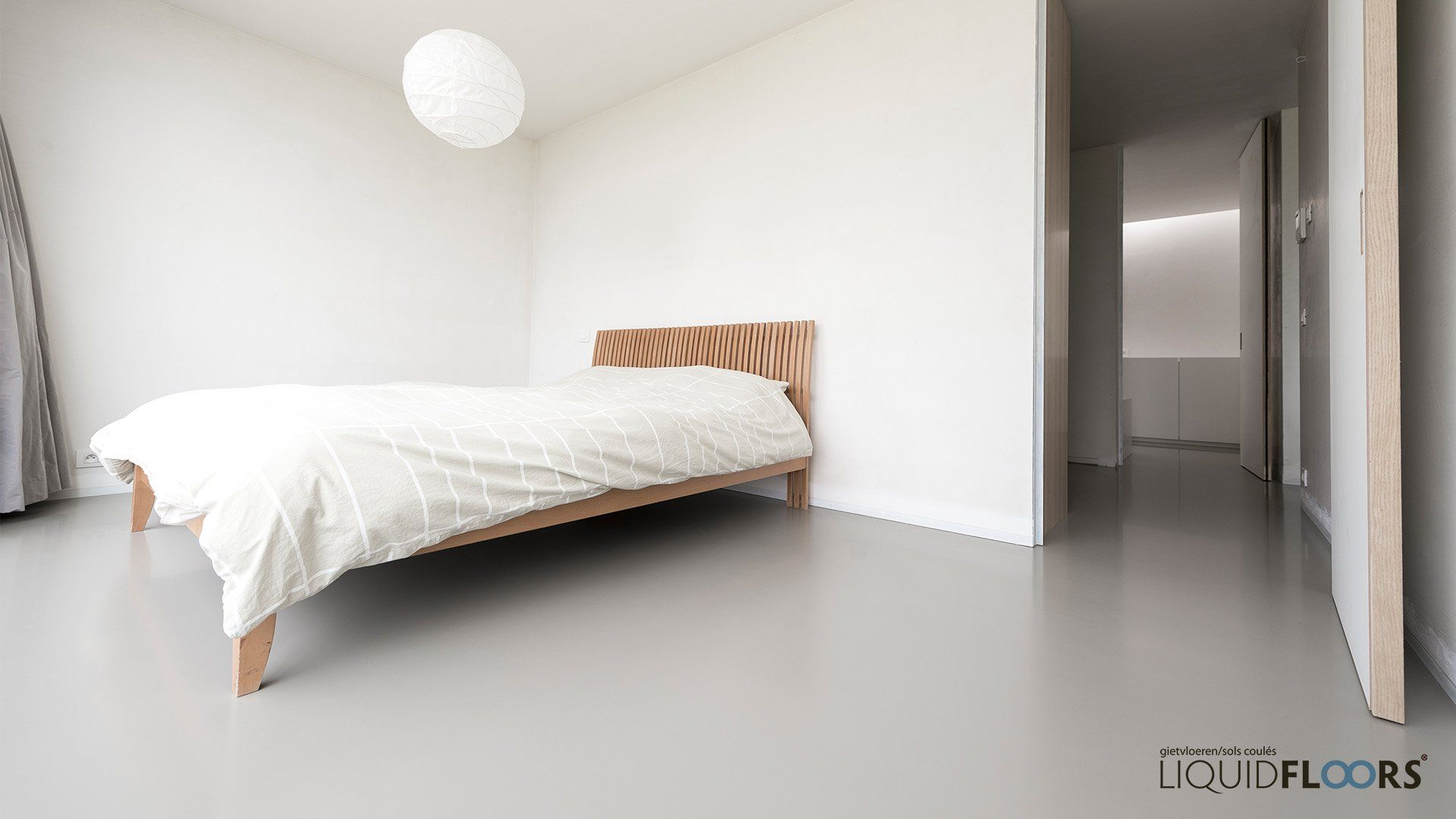 Betonlook gietvloer in slaapkamer liquidfloors parlak beton
