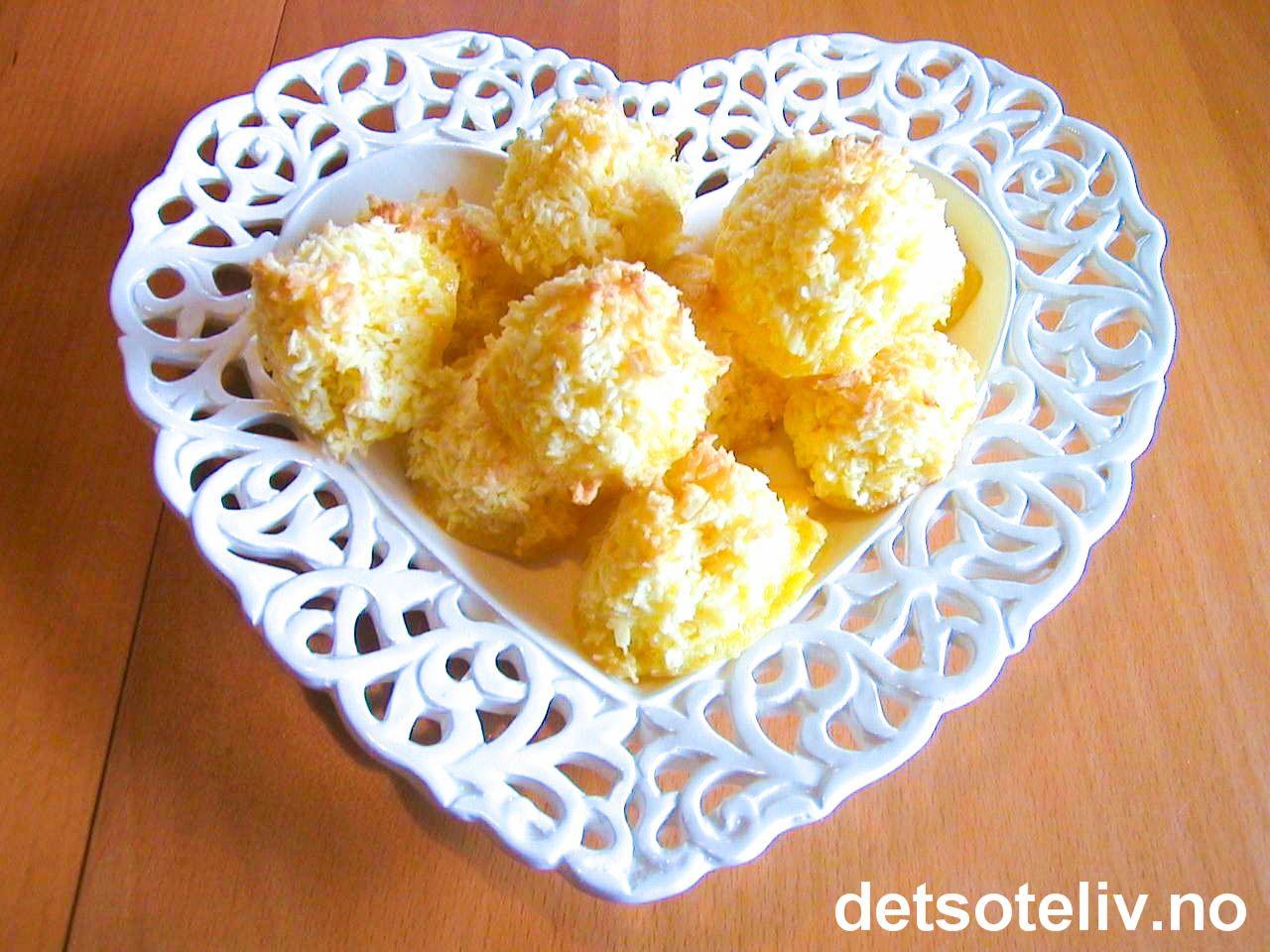 """Her har du en svensk oppskrift på """"Kokostopper"""", som er helt spesielle fordi de ikke inneholder noen former for mel. Kakene blir gule i fargen, veldig myke og saftige i konsistensen, og kjempegode! Dessuten er de kjemperaske å lage! Oppskriften gir 25 stk."""