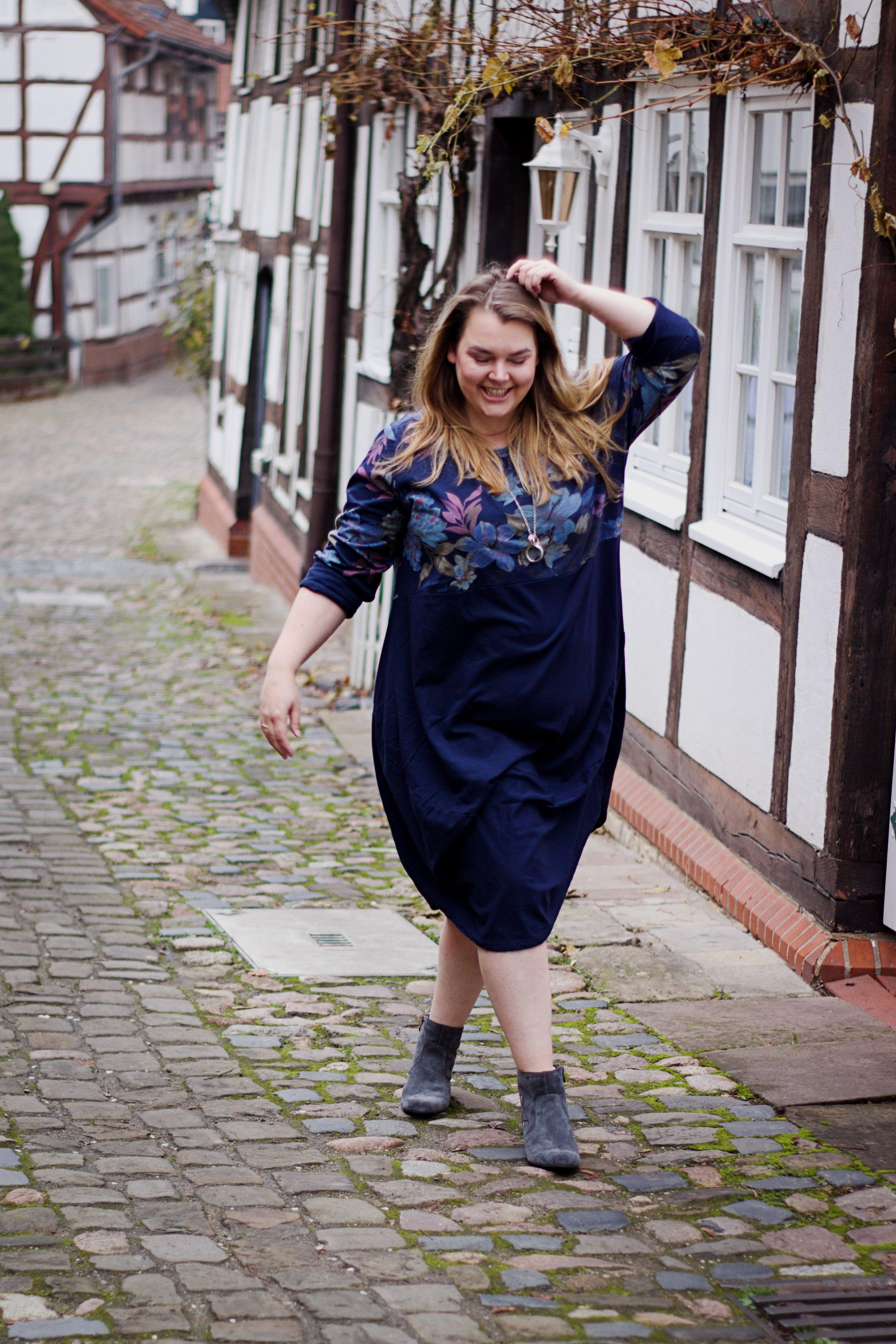 5ce754d6215c7 ... unser gemütliches Sweatkleid in Marine - Du findest das weit  geschnittene Kleid bei uns im Shop auch noch in zwei weiteren Farben # ullapopken #kleid ...