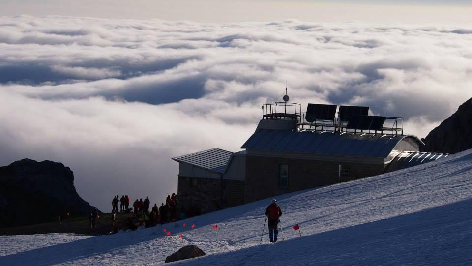 refugio de Urriellu con mar de nubes