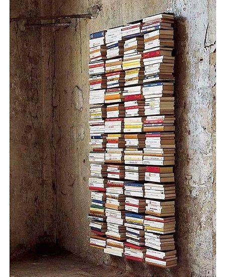 Bücherregal mit büchern hochkant  Unsichtbare Bücherregale an einer unverputzten Wand | Wohnen mit ...
