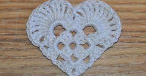 Et lille enkelt hæklet hjerte. Du skal bruge garn og hæklenål, som passer sammen. Den hvide hjerte er hæklet i hæklegarn Mandarin på ... #hækletjul
