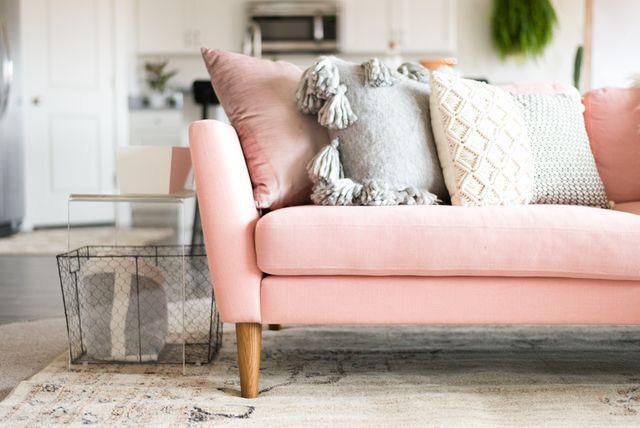 Sofá rosa super delicado pode dar outra cara para a sala!