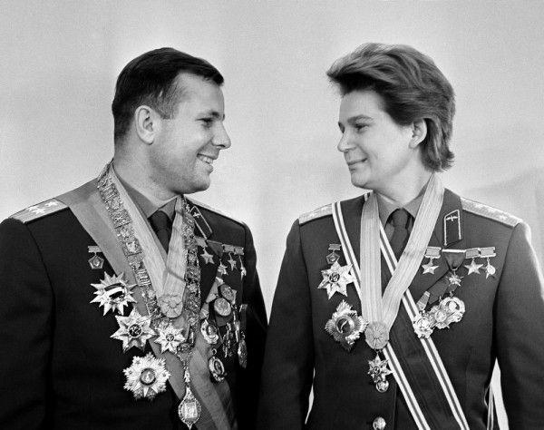 Летчики-космонавты Юрий Гагарин и Валентина Терешкова ...