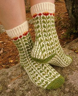 Ruusujuuri socks are knitted toe up. Both the toe and the heel turn are worked in Eye of Partridge to match the thickness of the stranded colorwork parts of the sock. Should you prefer not to use any beads, they can be substituted with yet another contrast color.