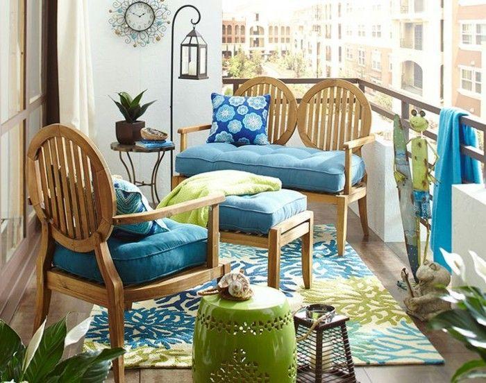 arredare il balcone mobili legno eleganti cuscini colore blu tappeto abbinato ringhiera ferro. Black Bedroom Furniture Sets. Home Design Ideas