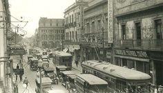 Centro de la Ciudad de México en 1925, se trata de la calle de Tacuba, media cuadra después del Palacio de Minería. Los tranvías que circulan son del modelo Brill de puerta central,