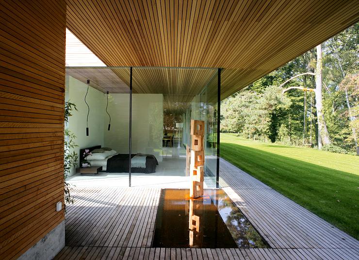 Der Glasbungalow Ist Eine Kombination Aus Drei Höfen, Viel Glas Und Einer  Verschlossenen Rückseite.