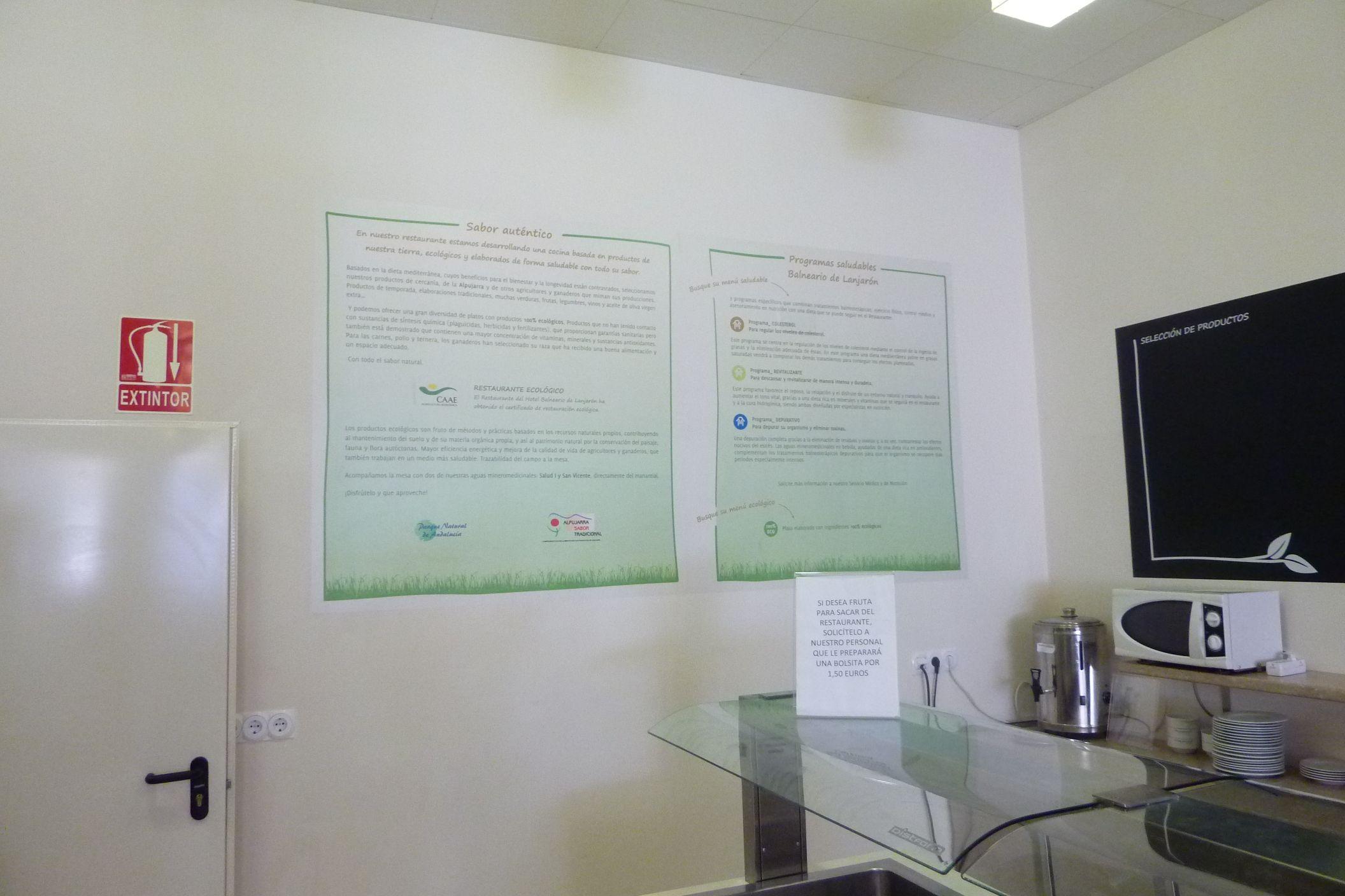 Panel decorativo realizado en vinilo blanco impreso y