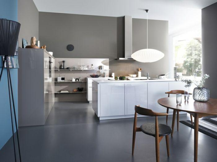 weiße küchenfronten, grauer boden, graue wände, stehlampe