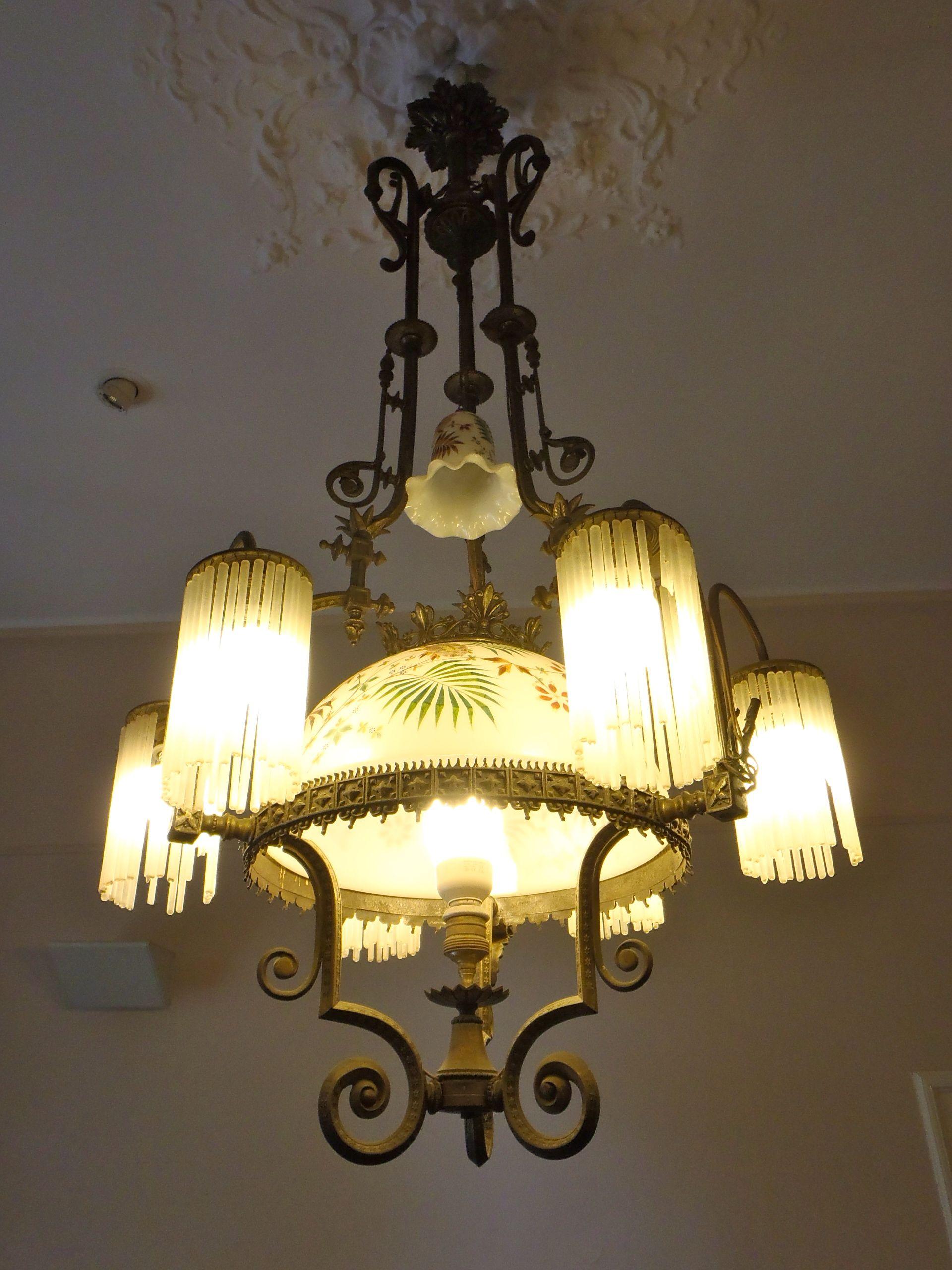 Lampara en la casa de antoni gaudi en el parque g ell barcelona antiques pinterest gaudi - La casa de las lamparas barcelona ...