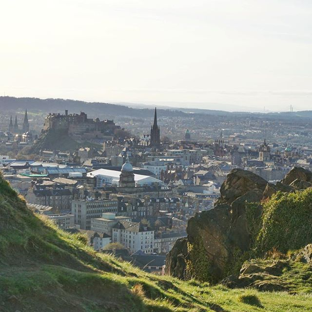 Sun over Edinburgh, the spring weather was out in full force this weekend! ☀️// I love walking up the Salisbury Crags in Edinburgh. It's a thinking place for me, and I have so many memories across my time in Edinburgh of this place. If you ever come to Edinburgh don't just walk up Arthur's Seat, make sure you go along the Crags too! #edinburgh #edinphoto #salisburycrags