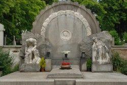 Rodinná hrobka továrníka Josefa Kauba s dvěma alegorickými postavami v Domažlicích