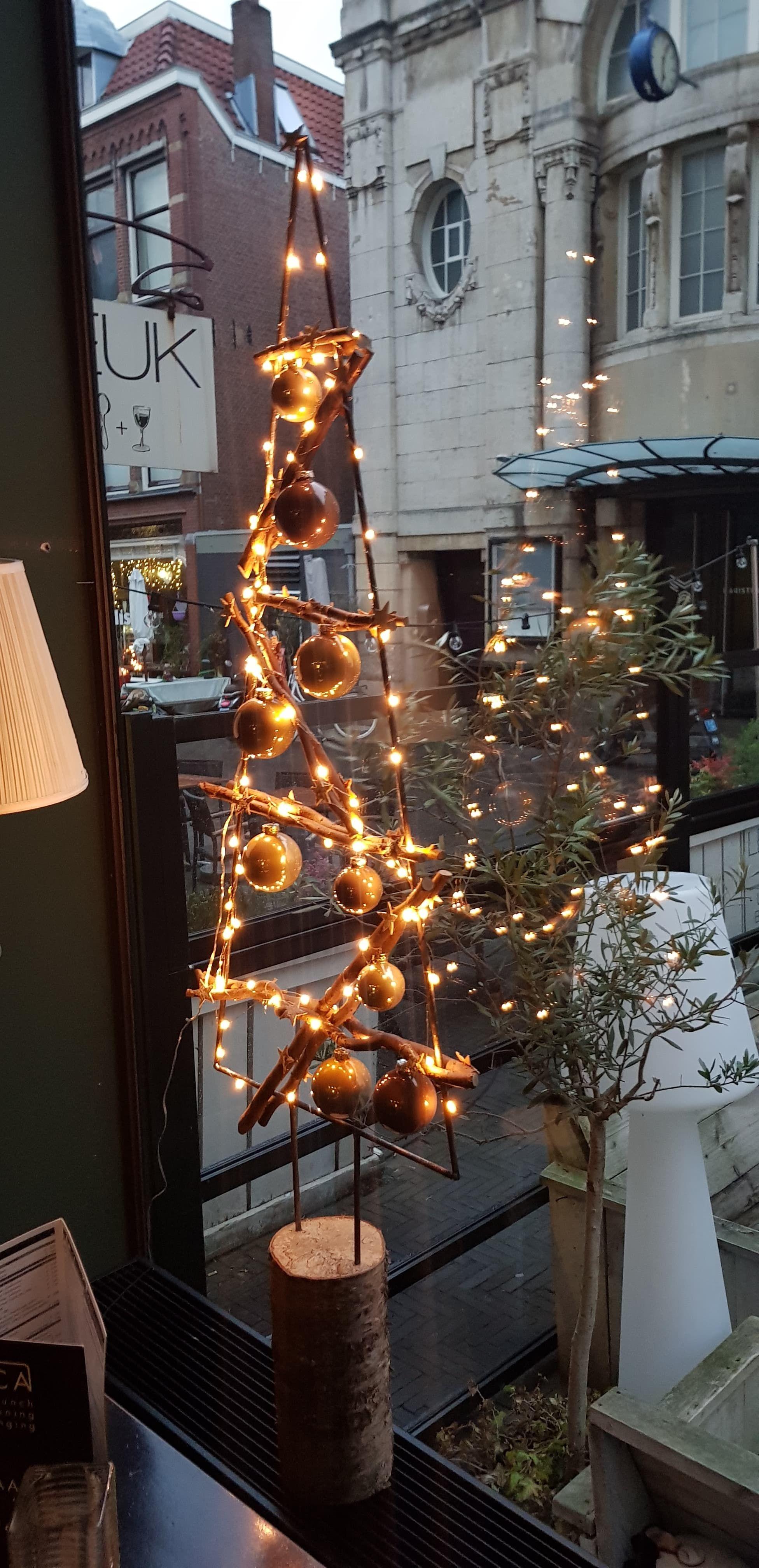 kerst versiering voor een raam kerstboom met verlichting en kerstballen wwwdecoratietakkennl