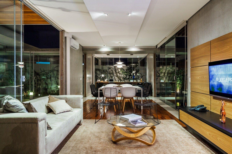 Galería de Casa de las Pérgolas Deslizantes / FGMF Arquitectos. Vista-24. Interior Módulo-2: Sala, Comedor y Estudio al Fondo.