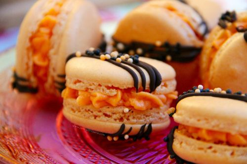 HALLOWEEN MACARONS! - Halloween Themed Macarons – Perfect little treat if you want something a little more classy for Halloween! (And they're super easy to make!!) #halloweenmacarons