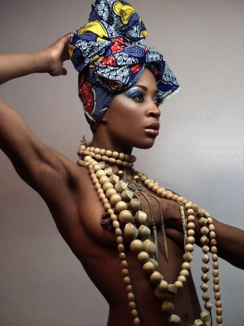 Meninas e mulheres dos mais diversos contextos sociais sofrem com a sexualização exercida pela sociedade. As mulheres negras, no entanto, precisam lidar com estereótipos raciais que hipersexualizam…