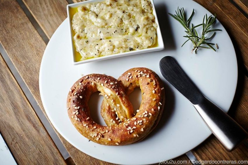 Pretzels suave con salsa de queso gruyere / Soft pretzels with gruyere cheese sauce